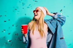 画象她她在手中拿着红色杯子的好迷人的逗人喜爱的可爱的引人入胜的快乐的爽快高兴的正面女孩 免版税库存图片