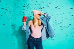 画象她她在手中拿着红色杯子飞行装饰的nice-looking迷人的逗人喜爱的可爱的快乐的爽快女孩 免版税库存图片