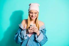 画象她她好可爱的可爱的迷人的逗人喜爱的快乐的爽快使用应用程序5g的女孩佩带的streetstyle衣物 图库摄影