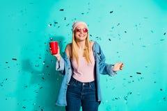 画象她她好迷人的逗人喜爱的可爱的时髦爽快在手中拿着红色杯子的女孩佩带的太阳镜片eyewear 免版税库存照片