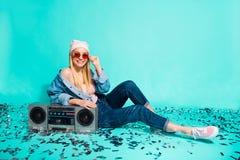 画象她她说谎在地板卡式磁带音频的nice-looking有吸引力的快乐的爽快女孩太阳镜片eyewear 免版税图库摄影
