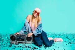 画象她她nice-looking有吸引力的快乐的爽快女孩太阳镜片eyewear坐倾斜在磁带的地板 图库摄影