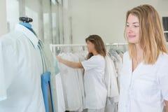 画象妇女干洗剂的洗衣店工作者 免版税图库摄影
