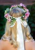 画象妇女支持与花花圈在头的 增殖比 库存图片