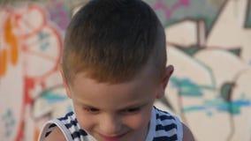 画象小孩男孩在城市环境里 夏天远航 股票录像