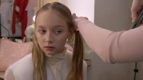 画象少女,当卷曲头发子线由在理发沙龙时的头发铁 影视素材
