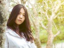 画象少年美丽的女孩在自然庭院里 免版税库存照片