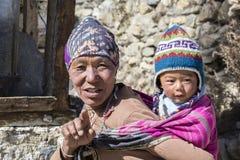 画象尼泊尔母亲和孩子在街道上在喜马拉雅村庄,尼泊尔 库存图片