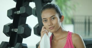 画象年轻亚洲女运动员抹在健身房冒汗了 股票视频