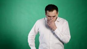 画象年轻人被喝的或病态呕吐在绿色背景 股票视频