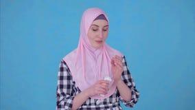 画象年轻回教妇女使用面霜 股票视频