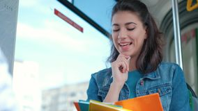 画象年轻女人谈话与朋友,当坐在电车汽车时 股票录像