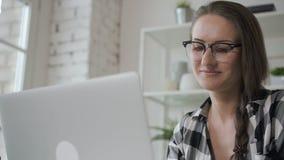 画象年轻女性看在家庭内部投资显示器屏幕 影视素材