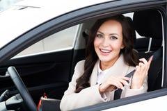 画象年轻微笑,愉快,俏丽的妇女司机 免版税图库摄影