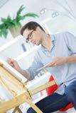 画象年轻男性艺术家在工作 库存图片