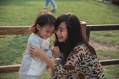 画象幸福母亲和她的孩子 免版税库存照片