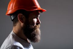 画象建筑师建造者,土木工程师工作 在安全帽、工头或者安装工的建造者盔甲的 有胡子的人 免版税库存照片
