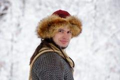 画象强的北欧海盗战士冬天森林作战斯堪的纳维亚传统衣物伐木工人锁子甲皮革矛深刻的前面 库存照片