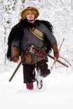画象强的北欧海盗战士冬天森林作战斯堪的纳维亚传统衣物伐木工人锁子甲皮革矛深刻的前面 免版税库存图片