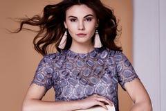 画象性感的秀丽时装模特儿深色的发型卷曲穿戴 免版税库存照片
