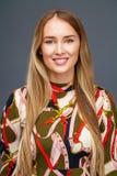画象接近年轻美丽的白肤金发的妇女 免版税图库摄影