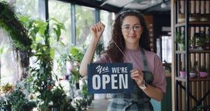 画象有吸引力卖花人改变抱歉我们是闭合的标志对我们是开放的 股票录像
