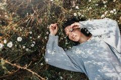 画象水平有吸引力的白种人妇女微笑和感到自由和梦想在有拷贝空间的草甸 美丽的浅黑肤色的男人 库存照片
