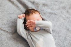 画象男婴恼怒,愤怒,皱眉的和积极躺在床上 ????? 库存照片