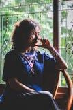 画象美丽的亚裔妇女剪影,压下,与地点 库存图片