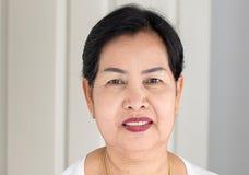 画象美丽的年长亚裔的妇女在屋子,资深女性愉快和微笑里,生活方式概念,正面,关闭想出 库存图片