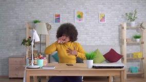 画象美丽的非裔美国人的妇女以非洲的发型意想不到的攻击或心脏痛苦采取药片 股票视频
