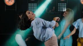 画象肉欲的妇女跳舞在夜总会 有长发的浅黑肤色的男人 股票视频