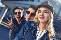 画象获得的sunglass的一个小组微笑和咧嘴朋友乐趣 库存图片