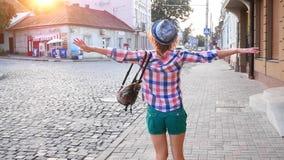 画象被射击帽子的美丽的年轻女人在老城市 股票录像