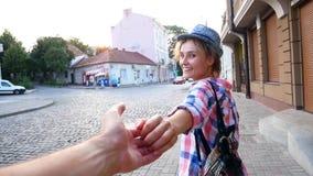画象被射击帽子的美丽的年轻女人在老城市 股票视频