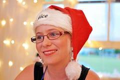 画象软的心情表示年轻快乐的微笑的妇女圣诞节打过工 免版税库存图片