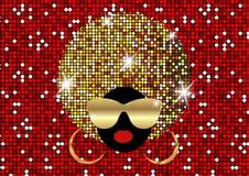画象非洲妇女、黑暗的皮肤女性面孔与发光的头发非洲和金子金属化太阳镜在传统种族金黄头巾 图库摄影