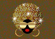 画象非洲妇女、黑暗的皮肤女性面孔与发光的头发非洲和金子金属化太阳镜在传统种族金黄头巾 库存图片