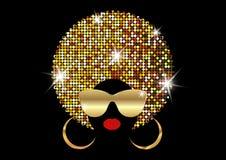 画象非洲妇女、黑暗的皮肤女性面孔与发光的头发非洲和金子金属化太阳镜在传统种族金黄头巾 库存例证