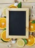 画象黑板桔子离开立方体冰海壳柑橘Pa 库存图片