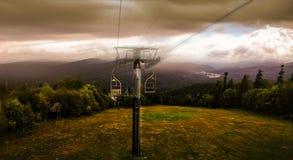 画象 在一座山的一辆滑雪电缆车与一多云秋天天 库存图片