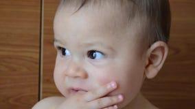 画象od逗人喜爱的六个月男婴-面孔表示 股票视频