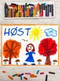 画:挪威词秋天、橙色微笑的女孩和树的机智和红色叶子 免版税库存照片