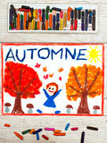 画:法国词秋天,愉快的女孩,与橙色和红色叶子和蘑菇的树, 免版税库存图片