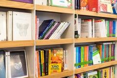畅销书书在图书馆架子的待售 免版税库存图片