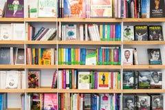 畅销书书在图书馆架子的待售 免版税库存照片