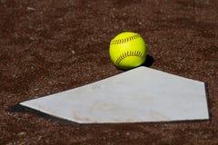 界内球Fastpitch垒球 免版税库存图片