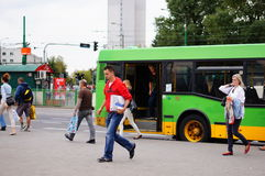 留下公共汽车的人们 免版税图库摄影