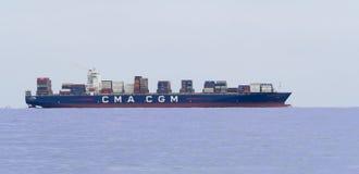 留下口岸的大容器货船在装载卸载的操作以后 免版税图库摄影