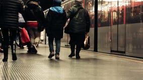 留下地铁火车的米兰通勤者 影视素材
